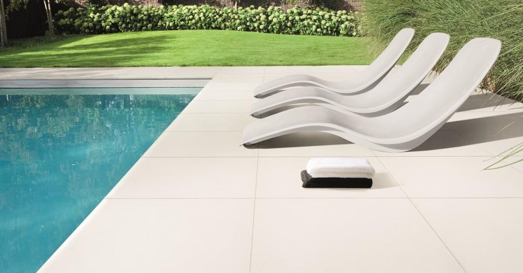 des larges dalles de carrelage pour une terrasse spacieuse. Black Bedroom Furniture Sets. Home Design Ideas
